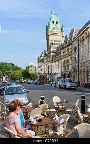 Cafe vor der Guildhall am Broadway in der Stadtzentrum, Winchester, Hampshire, England, UK - Stockfoto