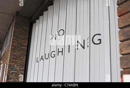 Clevere kein Lachen ein Ziehharmonika Metall Verschluss Stil Garagentor in Bristol UK anmelden - Stockfoto