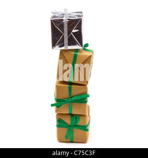 Haufen von Geschenk-Boxen in braun isoliert auf weißem Papier eingewickelt. - Stockfoto