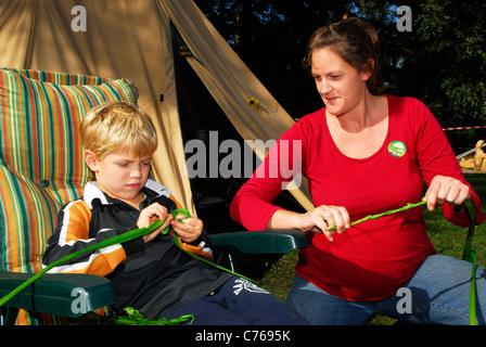 6 Jahre alter Junge Landschaft Lernfähigkeiten mit Schilf, Alice Holt Wald in der Nähe von Bordon, Hampshire, UK. - Stockfoto