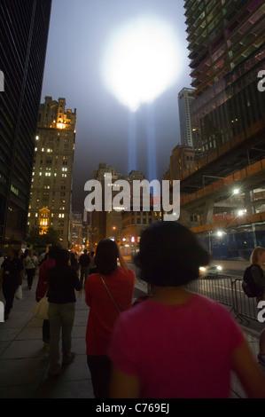 Die zwei Strahlen der Tribute In Light schießen zum Himmel für den zehnten Jahrestag der terroristischen Anschläge - Stockfoto