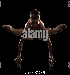 Studioaufnahme jungen Frau praktizieren yoga - Stockfoto