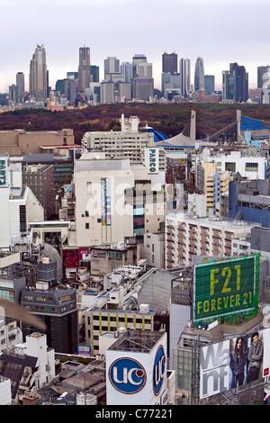 Asien, Japan, Tokio, Shinjuku Skyline von Shibuya - erhöhte betrachtet - Stockfoto