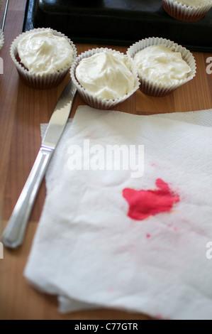 Cupcakes, die darauf warten, dekoriert werden - Stockfoto