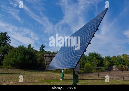 Sonnenkollektoren auf dem Dach montiert und tracking-Halterungen - Stockfoto
