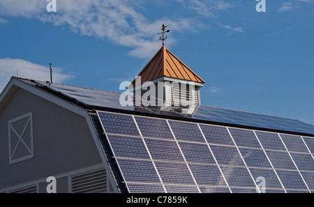 PV-Module auf Dach - Stockfoto