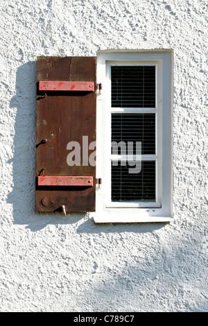 Alte Fenster mit offenen Holz Verschluss auf weißen Wand - Stockfoto