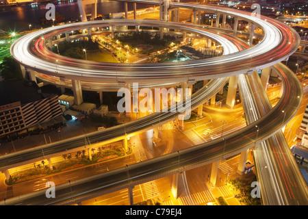 Verkehr am Kreisverkehr führt zu Nanpu-Brücke in der Dämmerung; Dongjiadu: Shanghai; China - Stockfoto