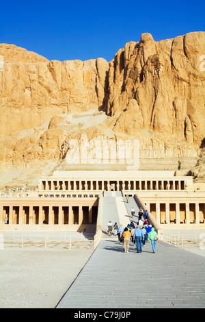 Eine Gruppe von Touristen besuchen die Leichenhalle Tempel der Hatschepsut in Deir el Bahri am Westufer des Nils - Stockfoto