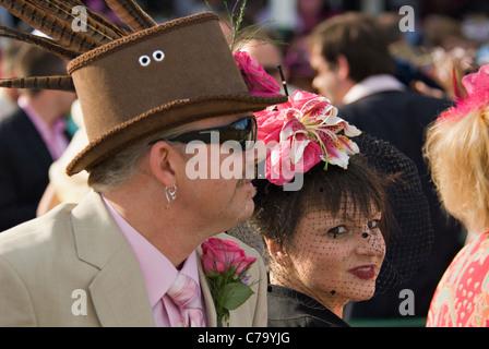 Mann und Frau in ausgefallene Hüte in Churchill Downs auf Eichen Tag in Louisville, Kentucky - Stockfoto