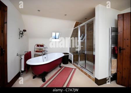 Badezimmer mit einer gewölbten Decke in einer umgebauten Scheune in der Nähe von Malvern, Worcestershire UK - Stockfoto