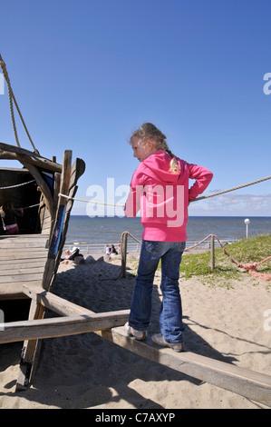 Kleine 6 jährige blonde Mädchen auf einem Spielplatz in Westerland, Insel Sylt, Deutschland, Europa - Stockfoto