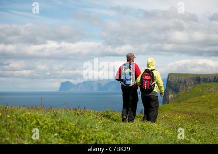 Paar auf Mykines, Färöer Inseln - Stockfoto
