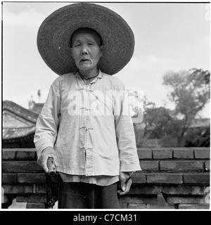 Ein historisches Foto aus den 1950er Jahren zeigt einen ältere chinesischen Arbeiter posieren für sein Bild traditionellen - Stockfoto