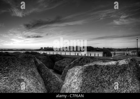 Schwarz / weiß Bild von Plymouth Hacke bei Sonnenuntergang von Mountbatten betrachtet. Zusätzlicher Lärm/Korn für - Stockfoto