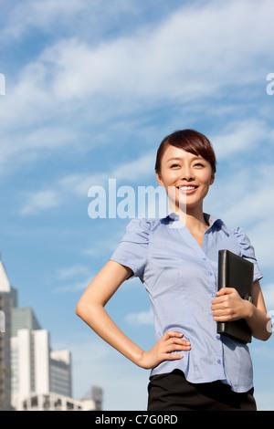 Zuversichtlich, Geschäftsfrau, stehen im freien - Stockfoto