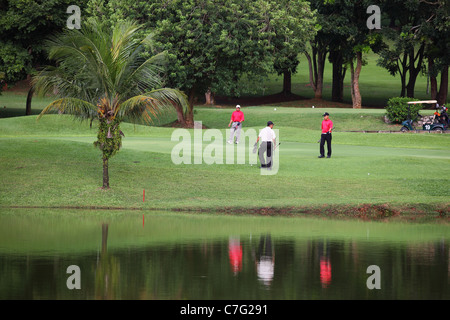 Männer spielen Golf im Air Keroh Country Club in Melaka. - Stockfoto