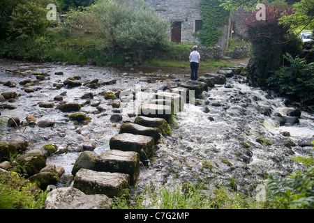 Stepping stones über den Fluss Don bei Stainforth, in Ribbledale, Yorkshire - Stockfoto