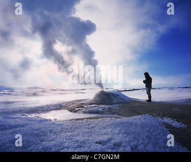Geologist bei Oskurholshver berühmten heißen Quellen in Hveravellir, Island - Stockfoto