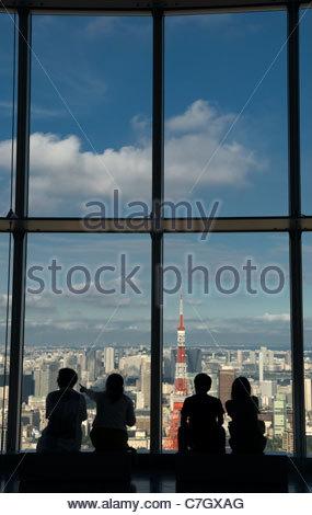 """Skyline von Tokio und Tokyo Tower Japan von """"Roppongi Hills"""" gesehen - Stockfoto"""