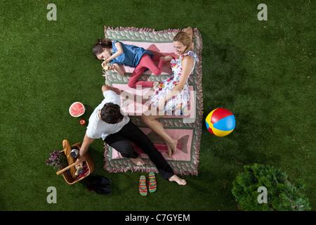 Eine Familie mit einem Picknick im Park, Draufsicht - Stockfoto