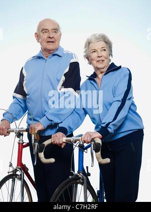 Ältere Mann und Frau hält Rennräder - Stockfoto