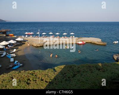 Die künstlichen Strand und Steg im Luxusresort des St Nikolaos Bay Hotel am Stadtrand von Agios Nikolaos auf Kreta - Stockfoto