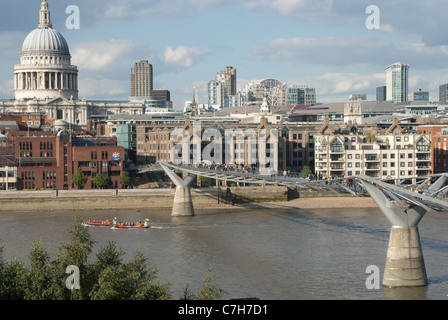 Stadtbild von London mit der Millennium Bridge und St. Pauls Cathedral, London, England - Stockfoto