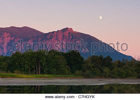 Der fast volle Mond steigt über Mount Si, einem 4.167 Fuß (1.270 m)-Berg befindet sich in der Nähe von North Bend, - Stockfoto