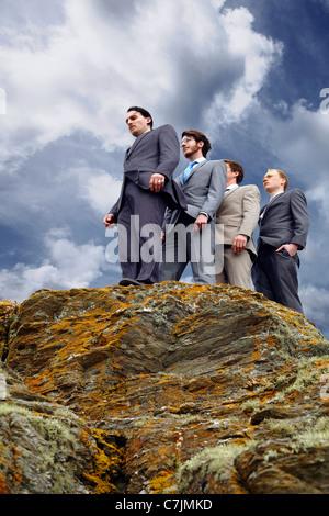 Geschäftsleuten stehen am Rand der Klippe - Stockfoto