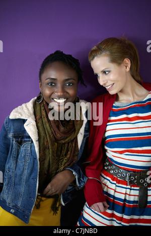 Mädchen im Teenageralter gemeinsam Lächeln - Stockfoto