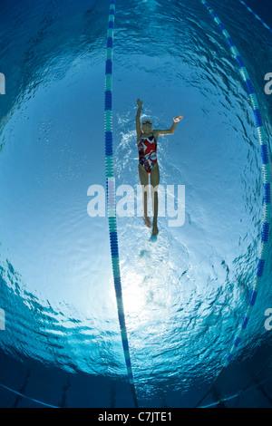 Eine weibliche Schwimmer Ausbildung in ein olympisches Freibad (Frankreich). Unterwasser-Blick. - Stockfoto