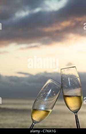 Zwei Sektgläser Toasten Ozean Hintergrund. - Stockfoto