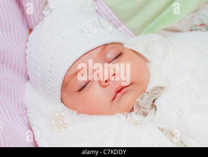 Porträt von einem schlafenden Neugeborenen Baby, Mädchen, das Kind liegt auf dem Rücken. - Stockfoto