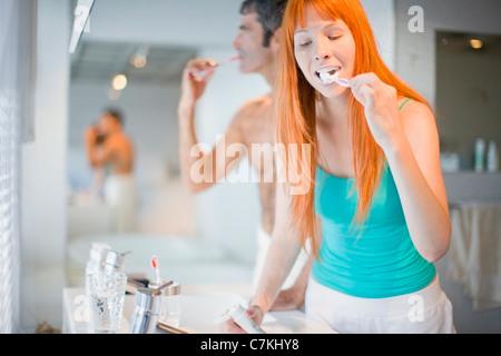 Paar Zähneputzen im Bad - Stockfoto