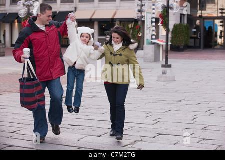 Familie Out für Weihnachts-shopping, Boston, Massachusetts, USA - Stockfoto