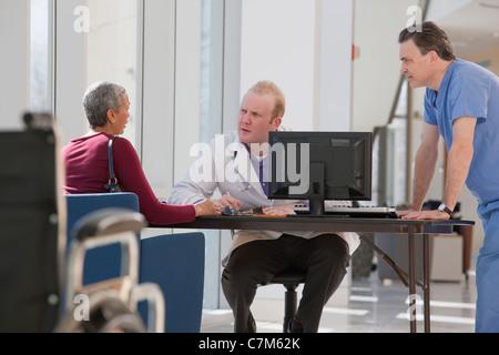 Arzt und Pfleger mit einem Patienten Beratung - Stockfoto