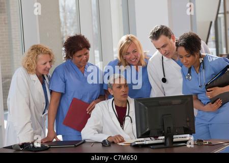 Ärzte und Krankenschwestern, die auf einem Computer im Krankenhaus Beratung - Stockfoto