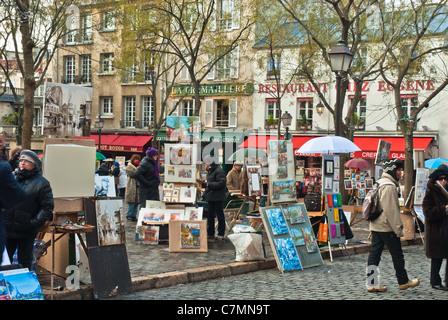 Atmosphärischen Straßenszene. Fröhlich bunte Gemälde auf Staffeleien vor Cafés angezeigt - Stockfoto