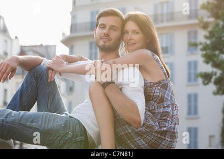 Porträt von ein paar romancing, Paris, Ile de France, Frankreich - Stockfoto