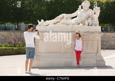 Mann, ein Bild von einer Frau, in der Nähe einer Skulptur in einem Garten, Jardin des Tuileries, Paris, Ile de France, - Stockfoto