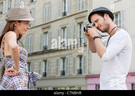 Mann, ein Bild von einer Frau, mit der Hand auf ihre Hüfte, Paris, Ile de France, Frankreich - Stockfoto