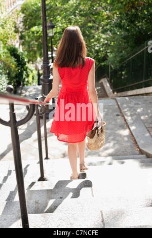 Frau bewegt sich Treppen, Montmartre, Paris, Ile de France, Frankreich - Stockfoto