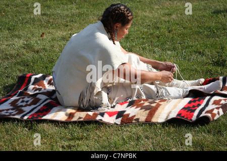 ffe69967a272 Native American Indian Woman binden ihre Mokassins - Stockfoto
