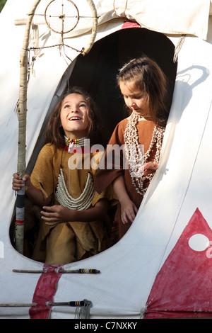 Native American Indian jungen und Mädchen Tipi Tür - Stockfoto