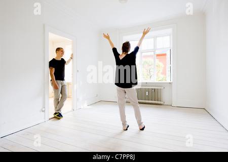 Paar im neuen Zuhause jubelt - Stockfoto