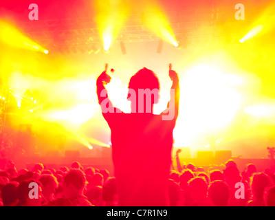 Ein Musik-Fan auf Someones Schultern auf einem Musikfestival - Stockfoto