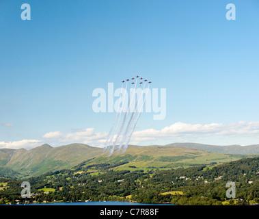 Rote Pfeile Royal Air Force Aerobatic Team Klettern im großen Vixen Bildung über die Troutbeck Fells. Windermere - Stockfoto