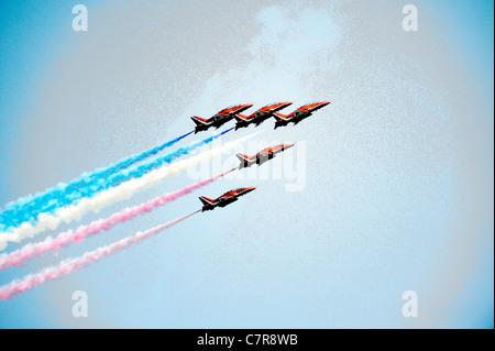 Rote Pfeile Kunstflugstaffel der Royal Air Force. Bildung von fünf roten BAE Hawk T1As Schulflugzeug Klettern gegen - Stockfoto