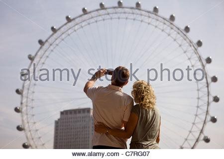Ein paar mittleren Alters fotografieren das London Eye, Rückansicht - Stockfoto